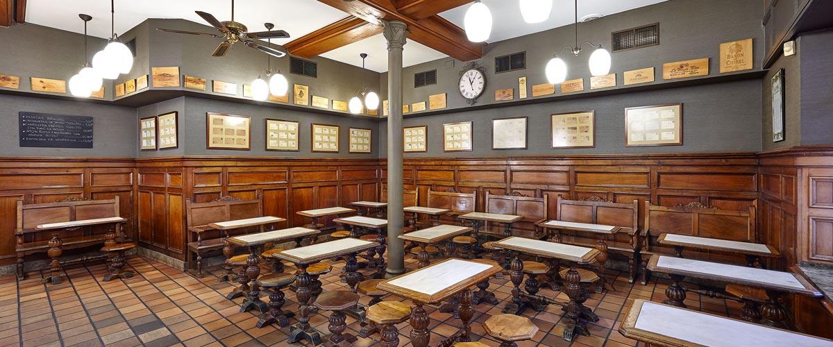 Las mesas del Bar de La Viña del Ensanche son las mismas desde los años 40
