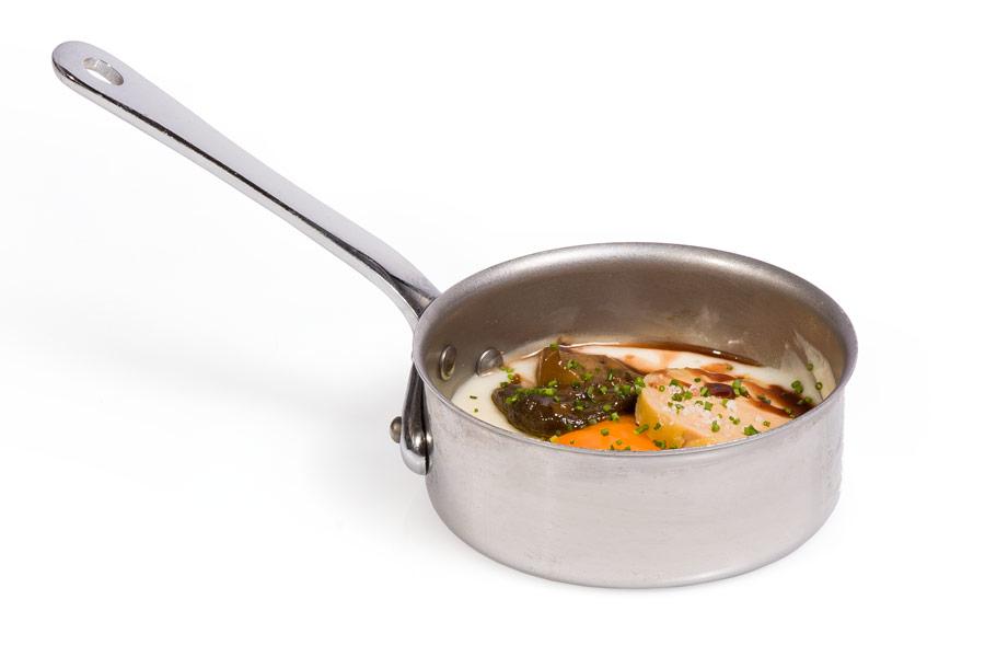 Minisartén de huevo, foié, hongos y puré de patata